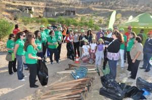 Η δασολόγος του ΣΠΑΥ Βίκυ Δημητρίου δίνει οδηγίες στους εθελοντές