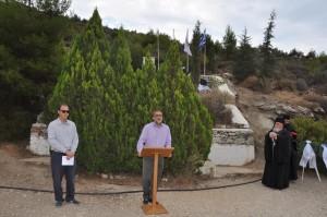 Ο Μητροπολίτης κ. Δανιήλ (δεξιά) και ο Αντιπρόεδρος του ΣΠΑΥ Κωστή Παπαδόπουλος (αριστερά) ενώ παρακολουθούν τον χαιρετισμό του Δημάρχου Ηλιούπολης Βασίλη Βαλασόπουλου.