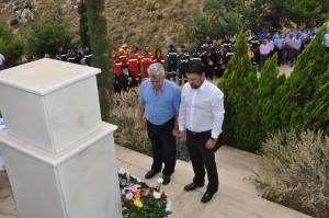 Ο Πρόεδρος του ΣΠΑΥ Νίκος Χαρδαλιάς, Δήμαρχος Βύρωνα και ο Δήμαρχος Καισαριανής Αντώνης Καμπάκας αποδίδουν τιμές στους πεσόντες ενώπιον του Μνημείου