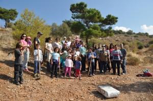 Συμμετέχοντες κάτοικοι στη δενδροφύτευση με εργαζομένους του ΣΠΑΥ